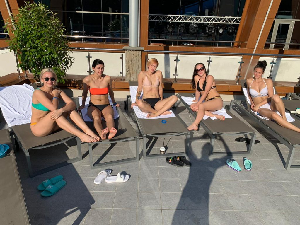 Чигиринова, Горшенина, Уткина, Маркова и Богдашева в аквапарке